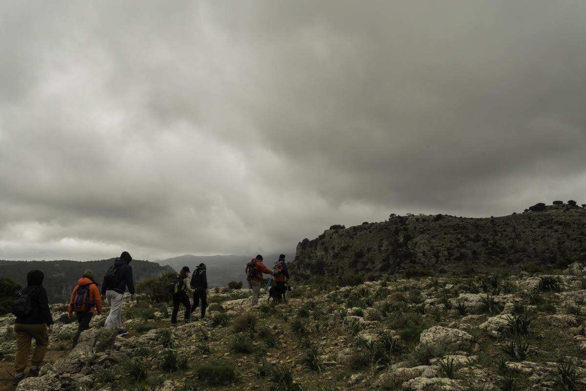 Escursionisti in una giornata invernale sui monti dietro Gairo Taquisara